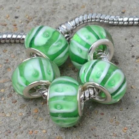 Perle de verre verte bandes blanches style Pandora - à l'unité
